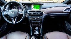 Infiniti QX30 2.2d Premium Tech AWD: abitacolo rivestito in pelle bicolore