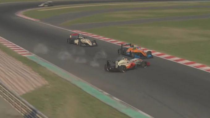 iRacing, il testacoda di Verstappen prima dell'incidente con Norris. Il terzo è Kelvin Van Der Linde