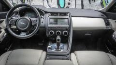 Jaguar E-Pace  D180 AWD HSE: gli interni richiamano l'abitacolo della F-Type