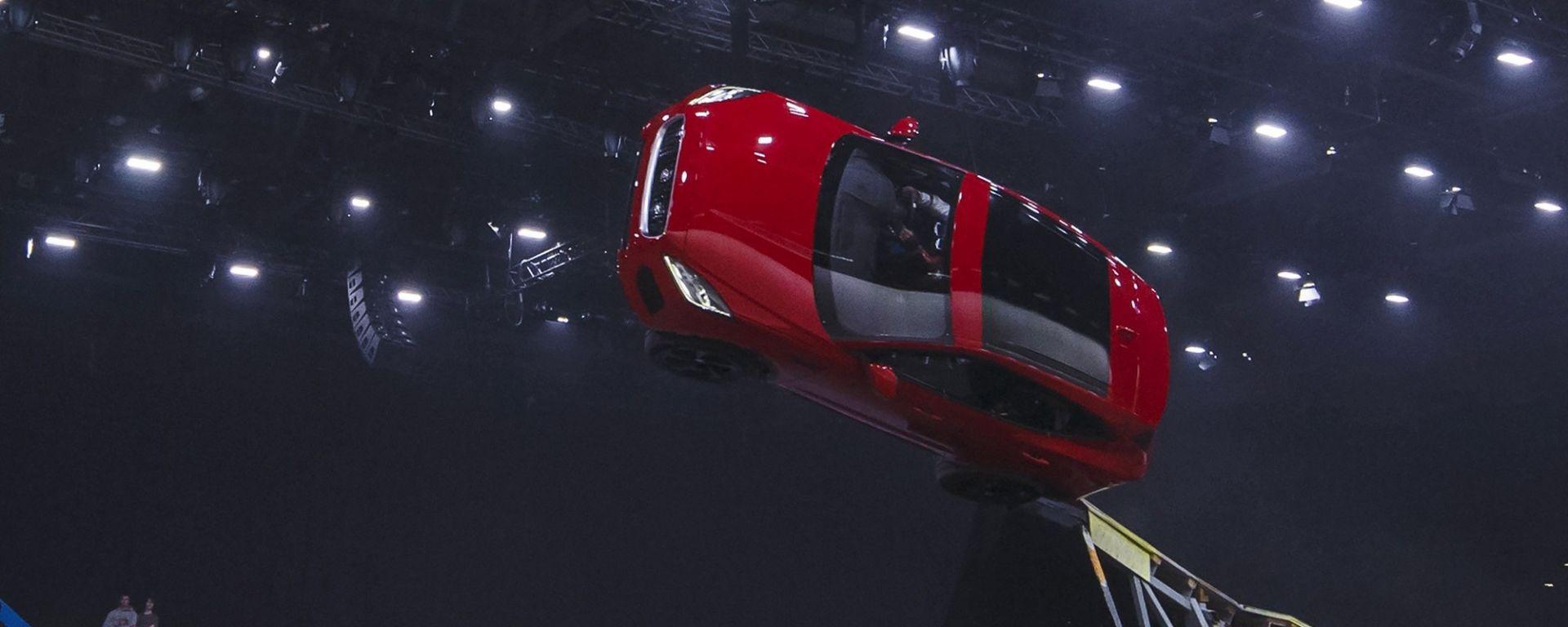 Jaguar E-Pace, l'acrobazia da Guinness dei Primati