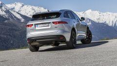 Jaguar F-Pace, la coda è sportiva, non squadrata da SUV