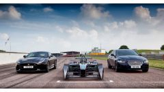 Jaguar F-Type SVR, Jaguar XE e la Jaguar da Formula-E schierate sulla griglia di partenza