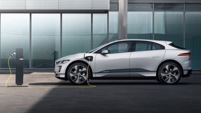 Jaguar I-Pace 2021: il SUV 100% elettrico alla colonnina di ricarica