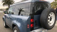 Jaguar Land Rover gamma elettrificata: un Defender 90 in prima di partire per la prova su strada