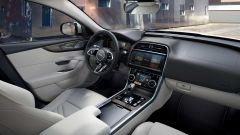 Jaguar XE 2021: l'abitacolo
