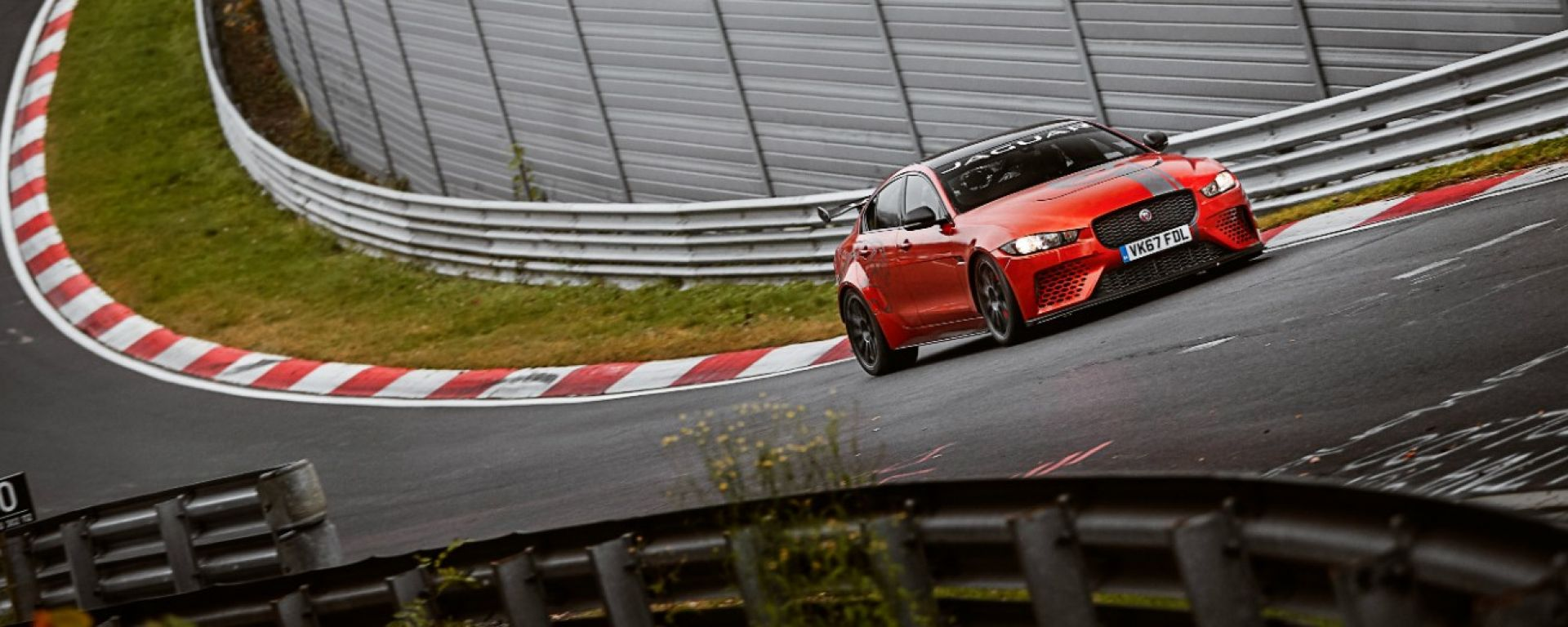 Jaguar XE SV Project 8 batte la Giulia Quadrifoglio al 'Ring