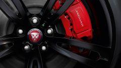 Jaguar XJR575: dischi carboceramici e pinze freno rosse