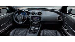 Jaguar XJR575: molto rifiniti gli interni con sedili in pelle con trama a diamante