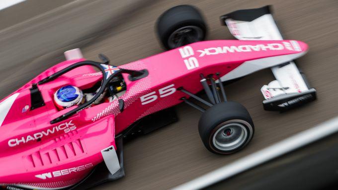 Jamie Chadwick in pista. La giovane pilota britannica ha 13 punti di vantaggio