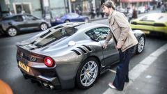 Jay Kay, leader dei Jamiroquai sale su una delle sue Ferrari per le strade di Londra