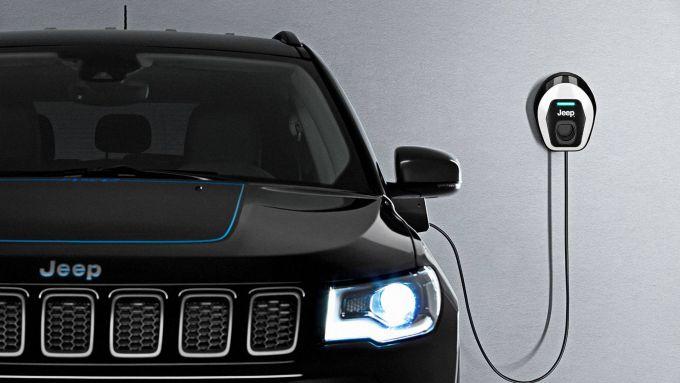 Jeep e l'elettrificazione: la Compass con la wallbox di ricarica