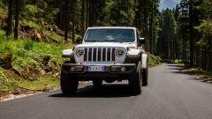 Jeep Gladiator su asfalto