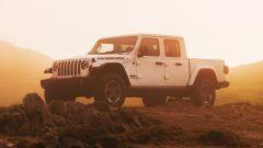 Jeep Gladiator vista anteriore alba