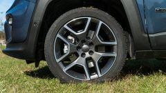 Jeep Renegade 4xe Limited, dettaglio del cerchio