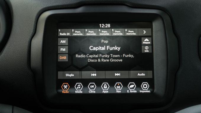 Jeep Renegade 4xe Limited, lo schermo da 8,4 pollici dell'infotainment