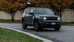 Jeep Renegade Trailhawk foto dinamica di 3/4 contesto urbano