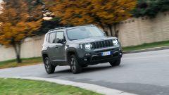 Jeep Renegade Trailhawk vista 3/4 anteriore contesto cittadino