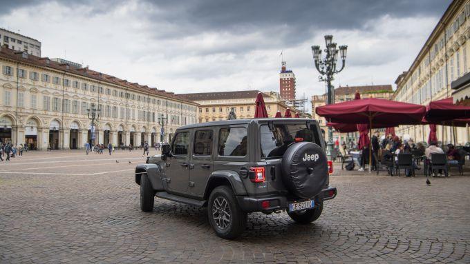 Jeep Wrangler 4xe Sahara plug-in hybrid nel centro storico di Torino