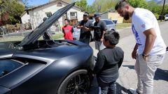 Jeremy Neves e Adrian Zamarripa: il piccolo osserva l'auto dei suoi sogni