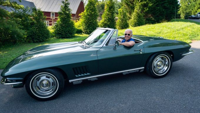 Joe Biden a bordo della sua Corvette Stingray del 1967