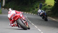 John McGuinness segue Ian Hutchinson al Tourist Trophy all'Isola di Man