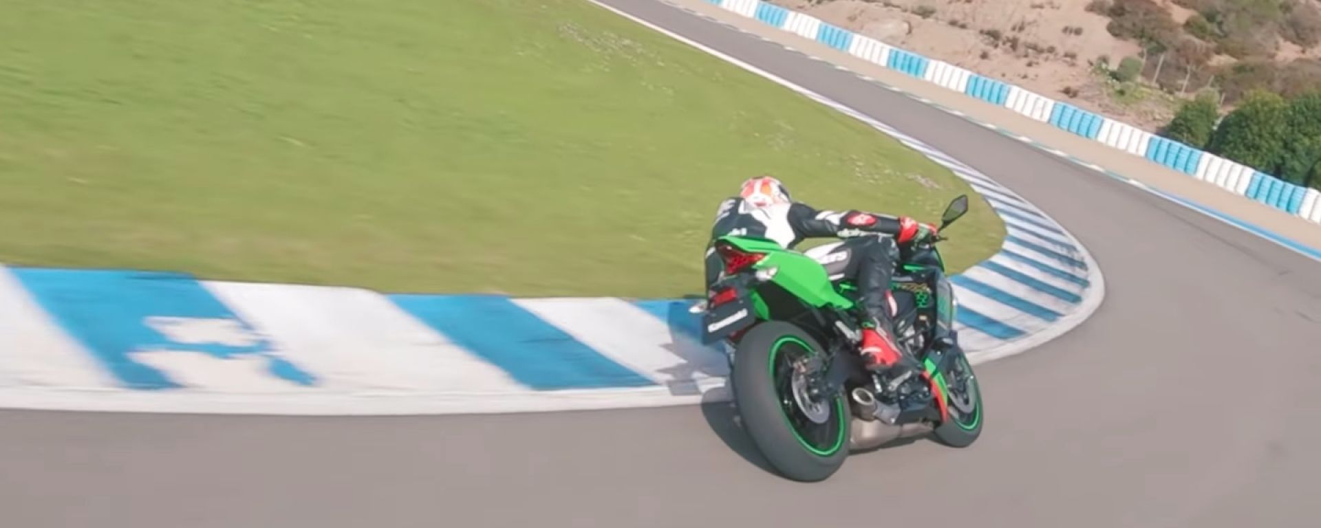 Jonathan Rea in sella alla Kawasaki Ninja ZX-25R presso il circuito di Jerez de la Frontera
