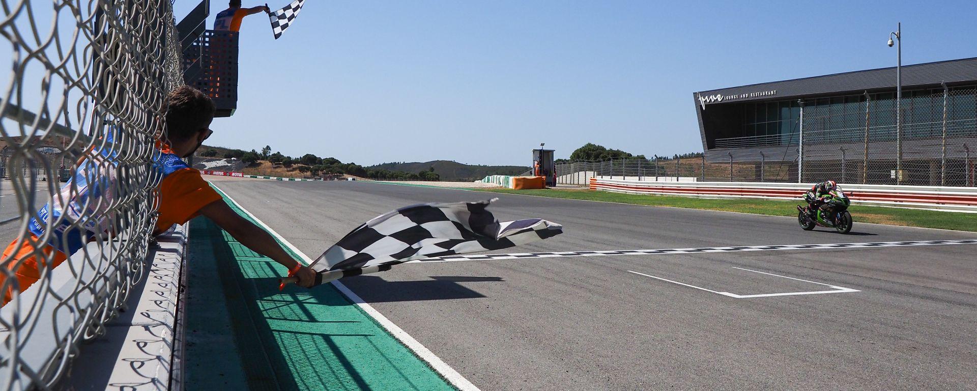 Jonathan Rea sotto la bandiera a scacchi di Portimão