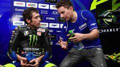 Jorge Lorenzo confabula con Valentino Rossi (Yamaha) durante i test ufficiali MotoGP di Sepang