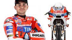 Jorge Lorenzo insieme alla sua Ducati Desmosedici 2017