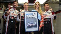 José Maria Lopez, Mike Conway e Kamui Kobayashi festeggiano la pole position a Le Mans