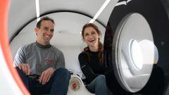 Josh Giegel, chief technology officer dell'Azienda, e il direttore dell'esperienza dei passeggeri, Sara Luchian, nel pod XP-2