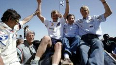Juha Kankkunen, Jean Todt e Juha Piironen festeggiano il successo con la Peugoet alla Dakar 1988