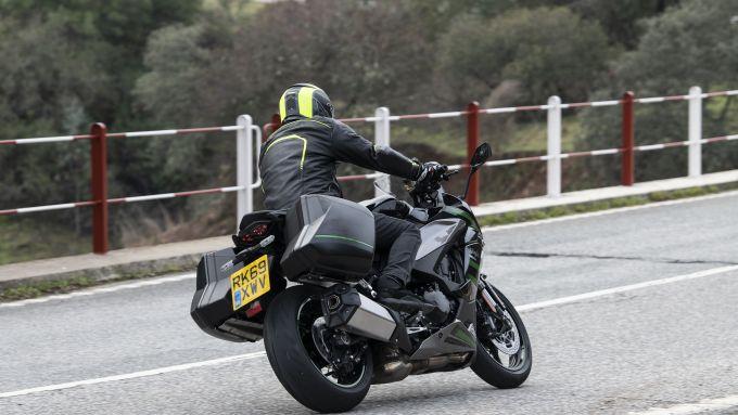 Kawasaki Ninja 1000 SX: 235 kg, ma moto agile e divertente sulle strade libere