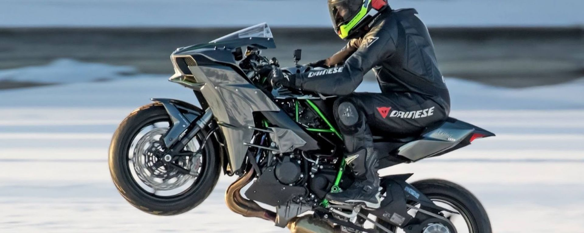Una Kawasaki Ninja H2 Per Battere Il Record Di Impennata