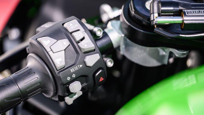 Kawasaki Ninja ZX-10R 2021: cruise control di serie, manopole riscaldabili in optional