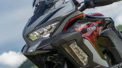 Kawasaki Versys 1000 S Grand Tourer 2021: il frontale con le grosse luci cornering sotto ai fari a LED