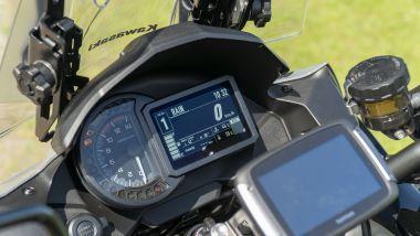 Kawasaki Versys 1000 S Grand Tourer 2021: il navigatore è posizionato troppo in basso rispetto alla vista del piano stradale