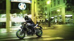 Kawasaki Z650 2021: i cerchi verdi sono disponibili sia in contrasto con carrozzeria nera che bianca