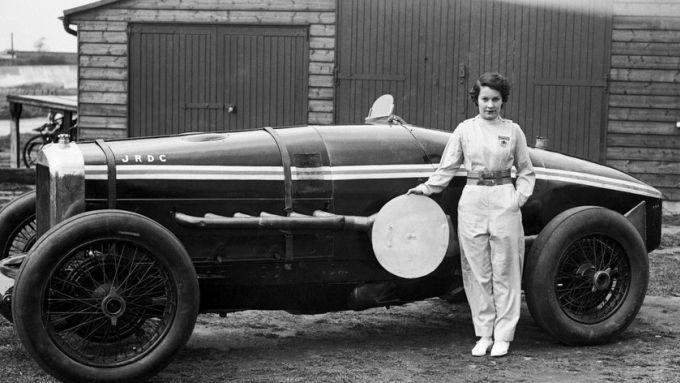 Kay Petre era minuta di corporatura ma audace al volante: qui di fianco alla sua Delage 1924 12V