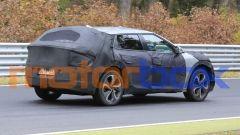Kia EV crossover 2021: ampie camuffature per il prototipo