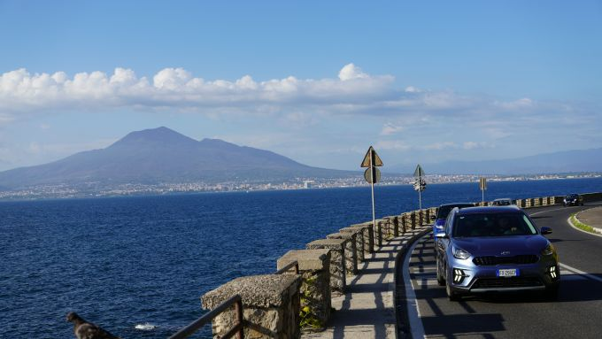 Kia Niro plug-in hybrid sul mare intorno a Napoli e al Vesuvio