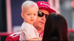 Kimi Raikkonen con il figlio Robin e la moglie Minttu
