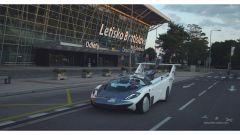Klein Vision AirCar lascia l'aeroporto muovendosi su strada