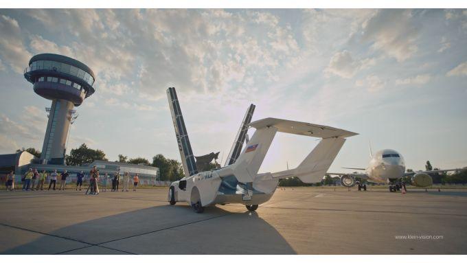 Klein Vision AirCar, le ali si sollevano in verticale prima di scendere all'indietro