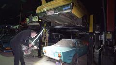 Kosilla esamina alcune delle auto nel capannone