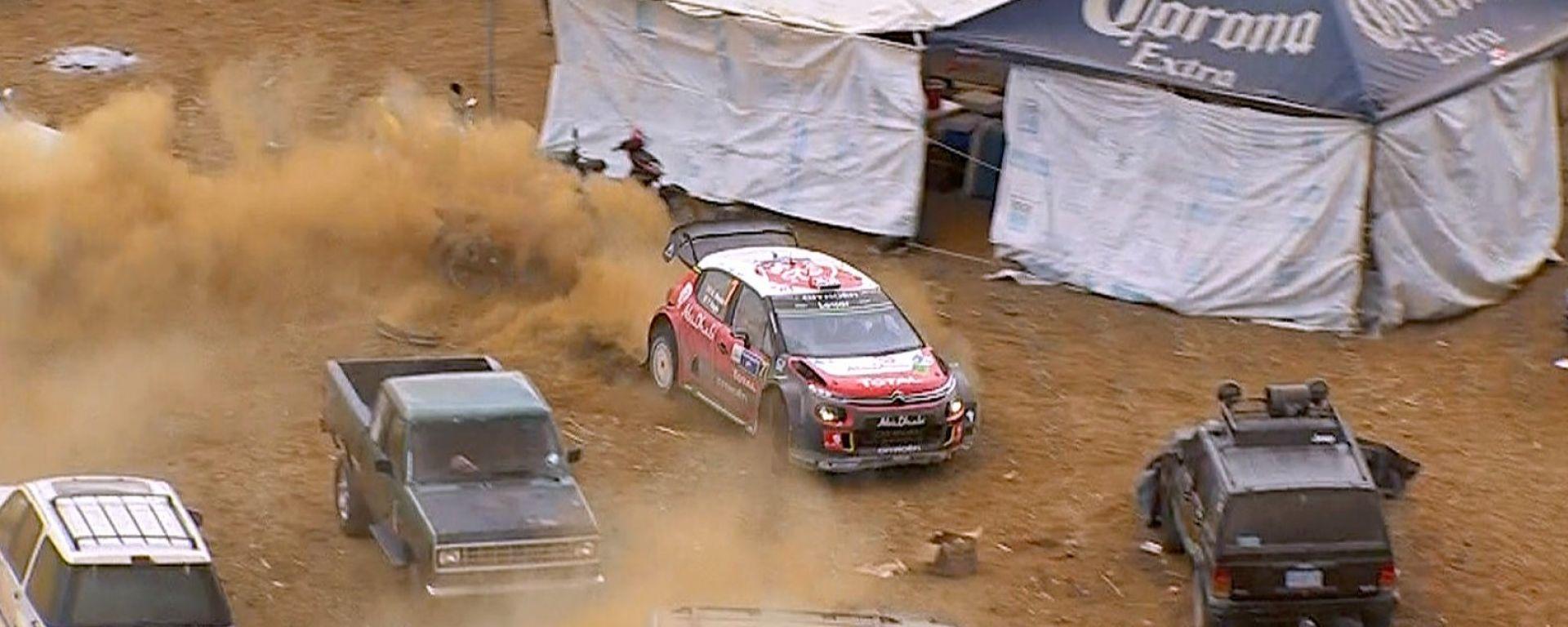 Kris Meeke e l'uscita di pista nel parcheggio degli spettatori nella Power Stage finale - WRC Messico