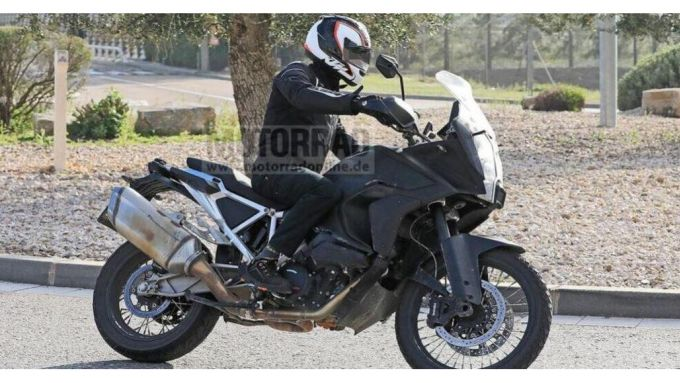 KTM 1290 Super Adventure R 2021: beccata in azione