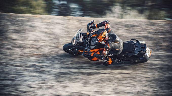 KTM 1290 Super Adventure S 2021 in azione