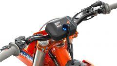 KTM 250 SX-F Troy Lee Designs 2021: la Connectivity Unit, di serie, dialoga con l'app per i settaggi del motore e i consigli sul