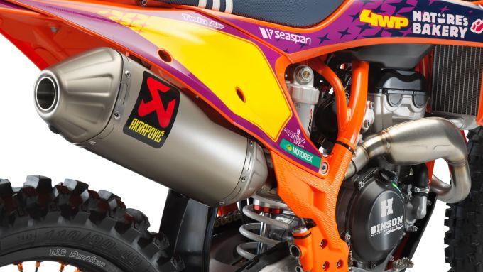 KTM 250 SX-F Troy Lee Designs 2021: lo scarico Akrapovic in titanio